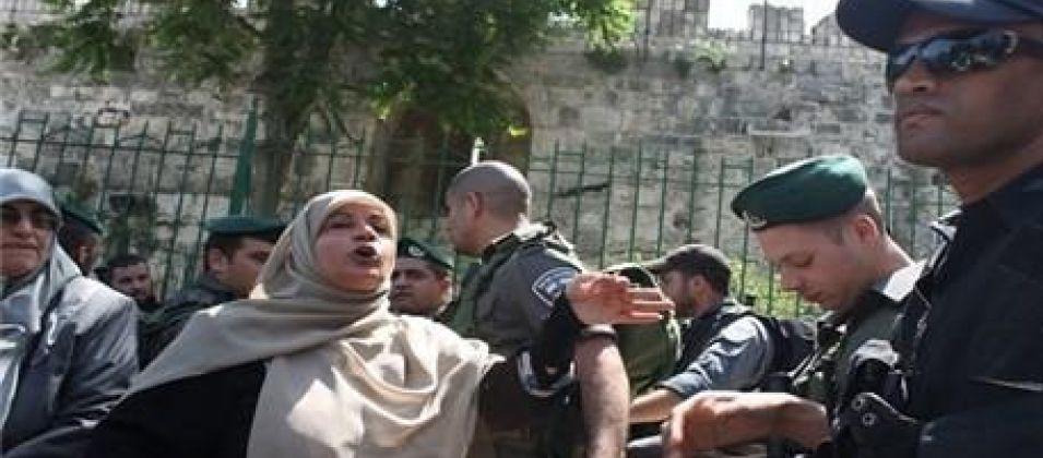 الاحتلال يعتقل ثلاث مقدسيات خلال مشاركتهن بوقفة منددة بإعدام الحلاق